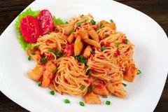 Pâtes Spaghetti avec de la sauce et poulet d'un plat Image stock