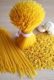 Pâtes, spaghetti, et ail sur la table Photographie stock libre de droits