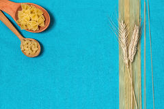 Pâtes, spaghetti et blé sur un fond bleu Images stock