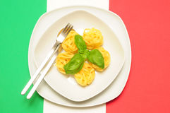 Pâtes sur l'indicateur italien avec le basilic Photos libres de droits