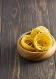 Pâtes sur un fond en bois Images stock