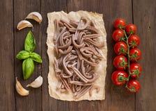 Pâtes, tomates, ail et basilic écrits entiers Image libre de droits