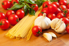 Pâtes, tomates, ail et basilic images stock