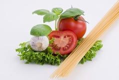 Pâtes, tomates, basilic et ail image stock