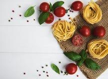 Pâtes, tomates et basilic italiens Photographie stock