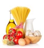 Pâtes, tomates, oeufs, champignons et huile d'olive Images libres de droits