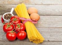 Pâtes, tomates, oeufs et épices Images libres de droits
