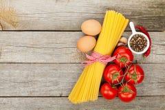 Pâtes, tomates, oeufs et épices Photographie stock libre de droits