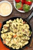 Pâtes toscanes de poulet cuites au four par poêle Photo stock