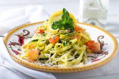 Pâtes végétales en spirale d'un plat de fantaisie Photo libre de droits
