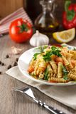 Pâtes végétales Fusilli avec le persil Photo stock