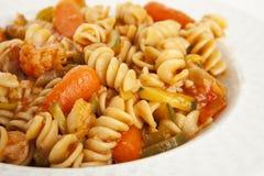 Pâtes végétales gastronomes avec la sauce tomate images libres de droits