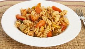 Pâtes végétales gastronomes avec la sauce tomate photos libres de droits
