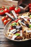 Pâtes végétariennes traditionnelles italiennes avec l'aubergine Photographie stock libre de droits