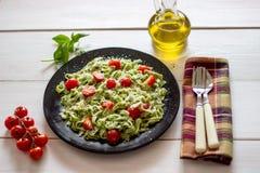 Pâtes vertes avec les tomates et le parmesan Fond blanc Vue supérieure photos libres de droits