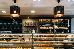 Pâtisserie au goût âpre d'oeufs portugais à vendre dans la boutique locale de Pasteleria Image stock