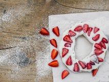 Pâtisserie avec de la crème et la fraise whiped Images stock