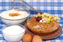 Pâtisserie avec le fruit et fouettée Image libre de droits