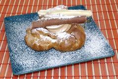 Pâtisserie avec le fruit et la crème fouettée. Photos stock