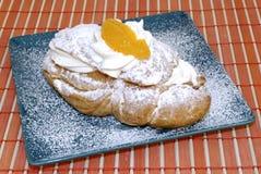 Pâtisserie avec le fruit et la crème fouettée. Images libres de droits