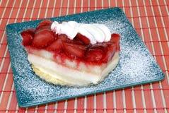 Pâtisserie avec le fruit et la crème fouettée. Image stock