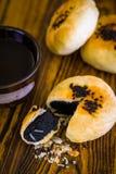 Pâtisserie chinoise avec le thé/pâtisserie chinoise/pâtisserie chinoise avec le thé sur le bois Photos libres de droits