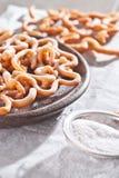 Pâtisserie croquante douce cuite et arrosée à la friteuse avec du sucre en poudre Image libre de droits