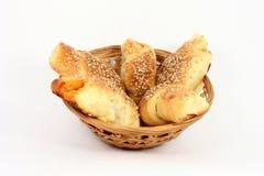 Pâtisserie dans un petit panier Images libres de droits