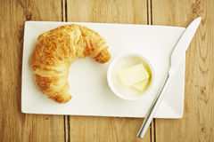 Pâtisserie de croissant sur le plat blanc Photographie stock libre de droits