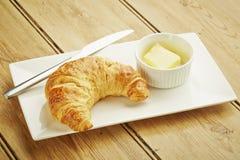 Pâtisserie de croissant sur le plat blanc Image libre de droits