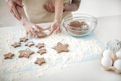 Pâtisserie de cuisson de dame âgée avec sa petite-fille Photographie stock libre de droits