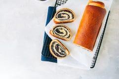 Pâtisserie de fête polonaise traditionnelle - petit pain de clou de girofle de Makowiec- dessus photographie stock
