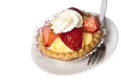 Pâtisserie de fraise avec de la crème d'isolement sur le blanc   Image libre de droits