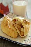 Pâtisserie de levure avec des pommes (pirogi) images libres de droits