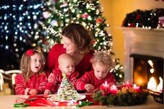 Pâtisserie de Noël de cuisson de famille Images stock