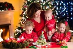 Pâtisserie de Noël de cuisson de famille Photos stock