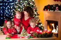Pâtisserie de Noël de cuisson de famille Images libres de droits