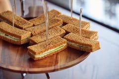 Pâtisserie de petit déjeuner avec des bâtons sur le bureau en bois photos libres de droits
