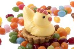 Pâtisserie de poulet de Pâques avec des dragées à la gelée de sucre Photos stock