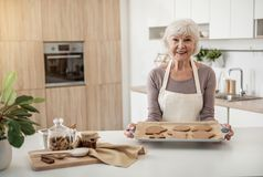 Pâtisserie douce cuite au four par dame mûre gaie Photo libre de droits