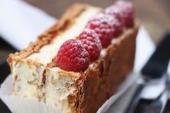 Pâtisserie douce française avec des framboises photo libre de droits
