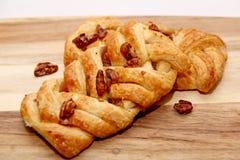 Pâtisserie du danois de tresse d'Apple et de noix de pécan Images stock