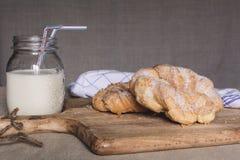 Pâtisserie et lait doux de Breakfest photo stock