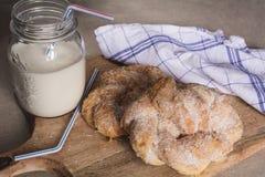 Pâtisserie et lait doux de Breakfest photo libre de droits