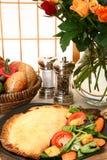 Pâtisserie et salade de viande photographie stock libre de droits