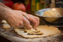 Pâtisserie faite maison faisant à la main photos libres de droits