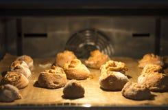 Pâtisserie fraîche étant faite cuire au four Photographie stock libre de droits