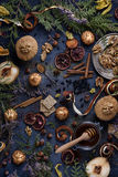Pâtisserie fraîchement cuite au four avec des ingrédients sur une table en bois bleue image libre de droits
