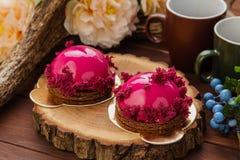 Pâtisserie française avec le lustre et le gâteau mousseline roses de Bourgogne Photo stock