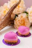 Pâtisserie française en forme de coeur avec le lustre rose Images stock